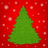 Tricottare l'albero di Natale su fondo rosso con i fiocchi di neve Immagini Stock