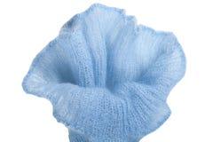 Tricottare la lana ed i ferri da maglia del mohair per fatto a mano sulla tavola di legno Fiore blu Fotografie Stock Libere da Diritti