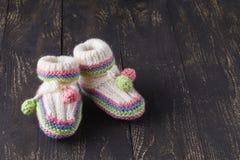 Tricottare le scarpe di bambino Fotografie Stock