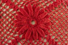 Tricottare rosso del fiore lavora all'uncinetto Tricottare fondo o il fondo tricottato di struttura Immagini Stock Libere da Diritti