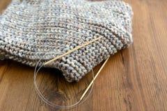 Tricottare sciarpa con lana Immagini Stock Libere da Diritti