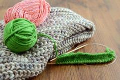 Tricottare sciarpa con lana Fotografie Stock Libere da Diritti
