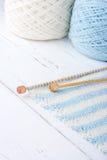 Tricottare a strisce blu-chiaro e bianco Immagine Stock