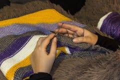 Tricottare uno scialle con gli aghi circolari Fotografie Stock