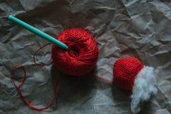 Tricottare zucca con la palla di filato, del riempitore e dell'uncinetto Immagini Stock Libere da Diritti