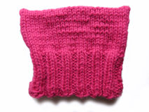 Tricotti il cappello purulento rosa su bianco Fotografie Stock