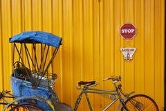 Tricycle bleu avec le fond jaune images libres de droits
