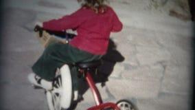 tricycle d'équitation de fille (de film de 8mm) en cercle 1957 banque de vidéos
