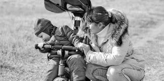 Tricycle d'enfant en bas âge de mère photographie stock