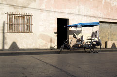 Tricycle garé sur la rue dans Holguin Cuba Photographie stock