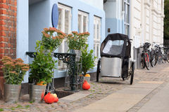 Tricycle and house Royalty Free Stock Photos