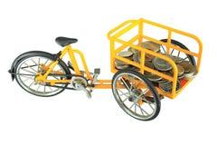 Tricycle jaune de transporteur, d'isolement sur le blanc photo libre de droits