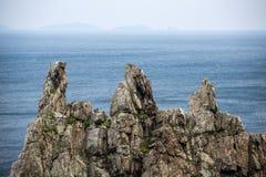 Trident-förmiger Felsen auf dem Hintergrund des japanischen Meeres und der Inseln stockbild