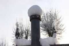 Trident met sneeuwkappen De patronen van de winter Bevroren lucht rond stock afbeelding