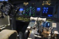 Triebwerkbedienanlage im Cockpit eines Passagierflugzeugs lizenzfreies stockbild