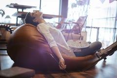 Tried ha sovraccaricato l'artista femminile che dorme mentre lavorava Immagine Stock Libera da Diritti