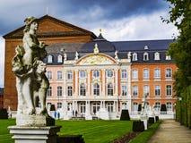 TRIER, ALEMANIA - 16 DE OCTUBRE DE 2014: Estatua de Mercury de Ferdinand Tietz delante del palacio electoral y del Aula Palatina imagen de archivo libre de regalías