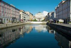 TRIESTE, ITÁLIA - 1º DE JULHO DE 2014: Vista do canal grandioso em Trieste, foto de stock royalty free