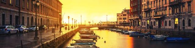 Trieste, Italia Grand Canal por la tarde fotos de archivo