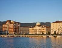 Trieste, Italie, les déchirent au coucher du soleil avec le pala néoclassique de Carciotti photos libres de droits