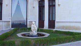 TRIESTE ITALIEN - AUGUSTI 11, 2017 Miramare slottdetaljer - staty och liten springbrunn Arkivbilder