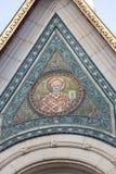 TRIESTE ITALIEN - December 19: Mosaik av St Michael på fasaden av den serbiska ortodoxa kyrkan i Trieste på Arkivfoto