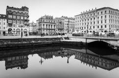 Trieste Italien: Gammal historisk byggnadsspegel reflekterad i vatten Arkivbilder