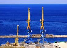 Trieste Italien hamn, gammal fördämning (den Diga vecchiaen) och kranar Royaltyfri Foto