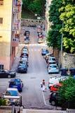 TRIESTE ITALIEN - 21 JULI 2013: gatasikt med många parkerade bilar Arkivbilder