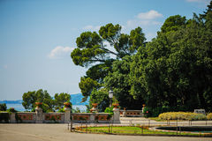 TRIESTE ITALIEN - 20 JULI, 2013: parkera sikten på den Miramare slotten, Trieste, Italien Royaltyfri Fotografi