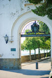 TRIESTE ITALIEN - 20 JULI, 2013: port på den Miramare slotten, Trieste, Italien Arkivbild