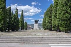 Trieste/ITALIEN - Juni 23, 2018: Ber?md statyMonumento ai Caduti della I Guerra n?sta Mondiale slotten di San Giusto arkivfoton
