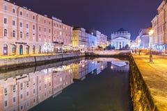 Trieste Italien: Nattsikt av Trieste Arkivbilder