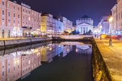 Trieste Italien: Nattsikt av den huvudsakliga gränsmärket i staden - Grand Canal Royaltyfria Foton