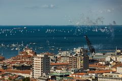 Trieste, Italy Sobre 2000 do barco de velas no mar de adriático durante a regata 2017 de Barcolana O regata o mais grande do barc foto de stock royalty free