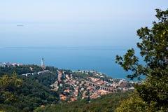 Trieste linia brzegowa z swój sławną latarnią morską i kolejowym mostem Zdjęcia Royalty Free