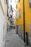 Trieste - rua velha da cidade no amarelo fotos de stock royalty free