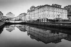 Trieste, Włochy: Lustro odbijający historyczni budynki Zdjęcia Royalty Free