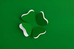 Trifoglio di Patrick tagliato da carta. Cartolina d'auguri. Immagini Stock