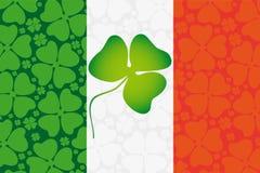Trifoglio sulla bandiera dell'Irlanda Fotografie Stock