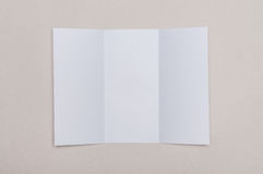Trifold biały szablonu papier na popielatym tle Fotografia Stock