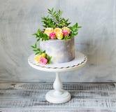 trigésima torta del aniversario con las rosas en soporte de la torta fotografía de archivo