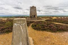 Trig μετα και εγκαταλελειμμένος ανεμόμυλος πετρών, βουνό Parys στοκ φωτογραφία με δικαίωμα ελεύθερης χρήσης