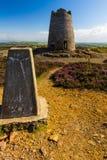 Trig punt met verlaten windmolen, Parys-Berg Stock Afbeelding