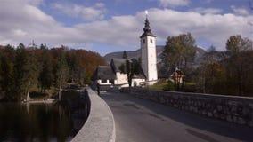 Triglav Kirche Brücke Sava Bohinjka-Fluss stock footage
