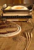 Trigo con pan y escalas viejas de la cocina Fotos de archivo libres de regalías