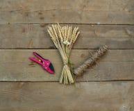 Trigo, corda, tesoura de podar manual do jardim e margaridas em um fundo de madeira Fotos de Stock