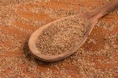 Trigo de tierra en una cuchara Quibe de Trigo para Kibbeh Imagenes de archivo