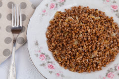 Trigo mourisco com cebola fritada Foto de Stock Royalty Free