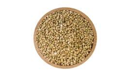 Trigo mourisco cru na bacia de madeira isolada no fundo branco nutrition Ingrediente de alimento Vista superior foto de stock
